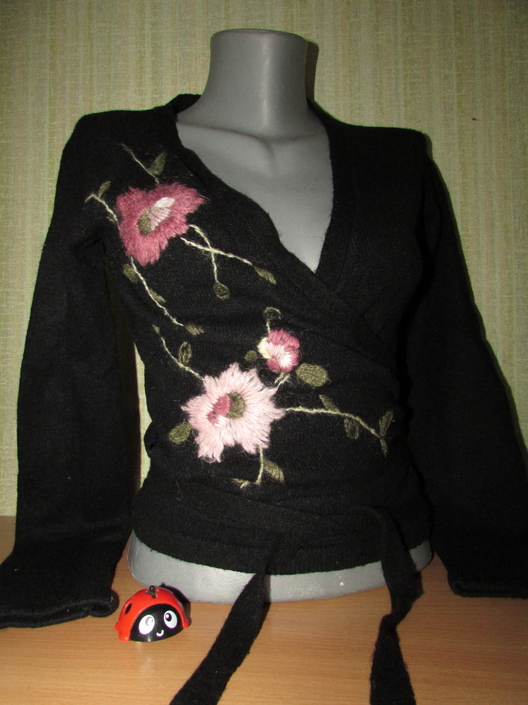 Черная кофта накидка на завязках с вышивкой. фото №1